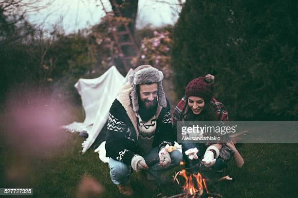 Rôtir des marshmallows en camping