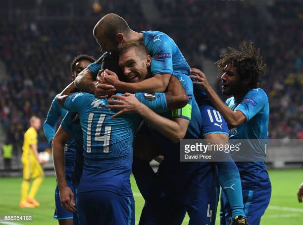 Rob Holding celebrates scoring Arsenal's 3rd goal with Per Mertesacker Theo Walcott Jack Wilshere and Mohamed Elneny during the UEFA Europa League...