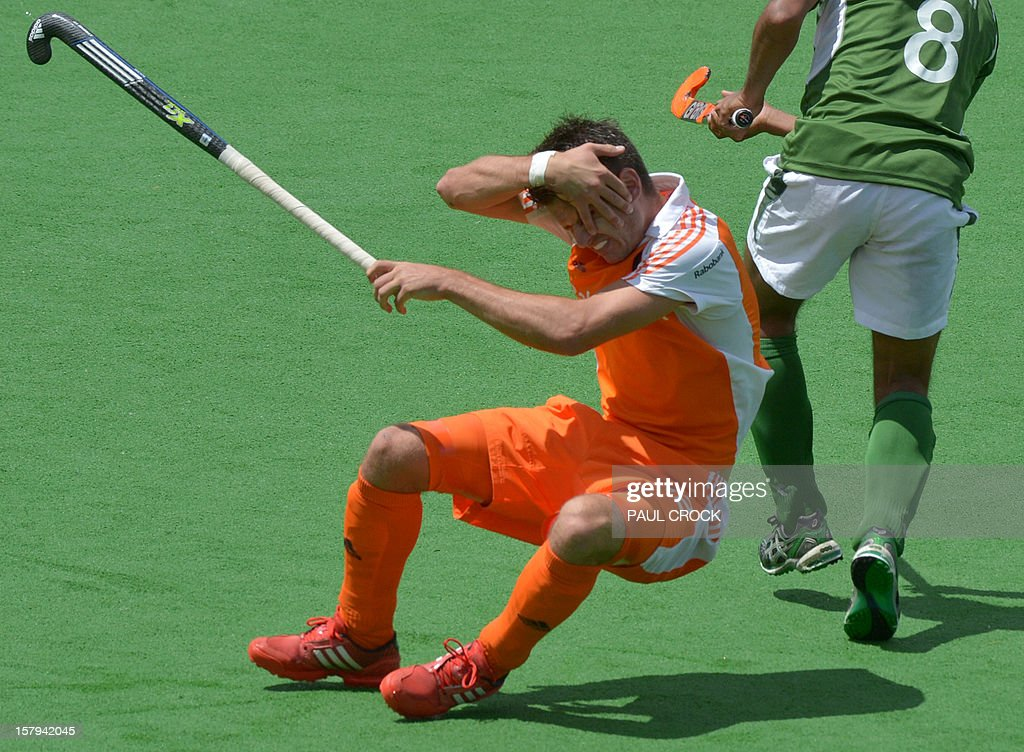 Robbert Kempermann of The Netherlands (L) reacts after being hit by Shafqat Rasool of Pakistan (R) during their semi final match at the men's Hockey Champions Trophy in Melbourne on December 8, 2012. IMAGE STRICTLY RESTRICTED TO EDITORIAL USE - STRICTLY NO COMMERCIAL USE AFP PHOTO/Paul CROCK