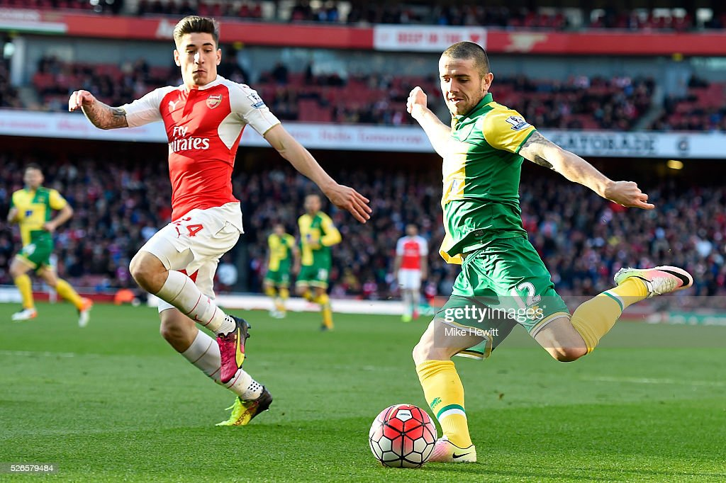 <a gi-track='captionPersonalityLinkClicked' href=/galleries/search?phrase=Robbie+Brady&family=editorial&specificpeople=9028769 ng-click='$event.stopPropagation()'>Robbie Brady</a> of Norwich City is closed down by Hector Bellerin of Arsenal during the Barclays Premier League match between Arsenal and Norwich City at The Emirates Stadium on April 30, 2016 in London, England