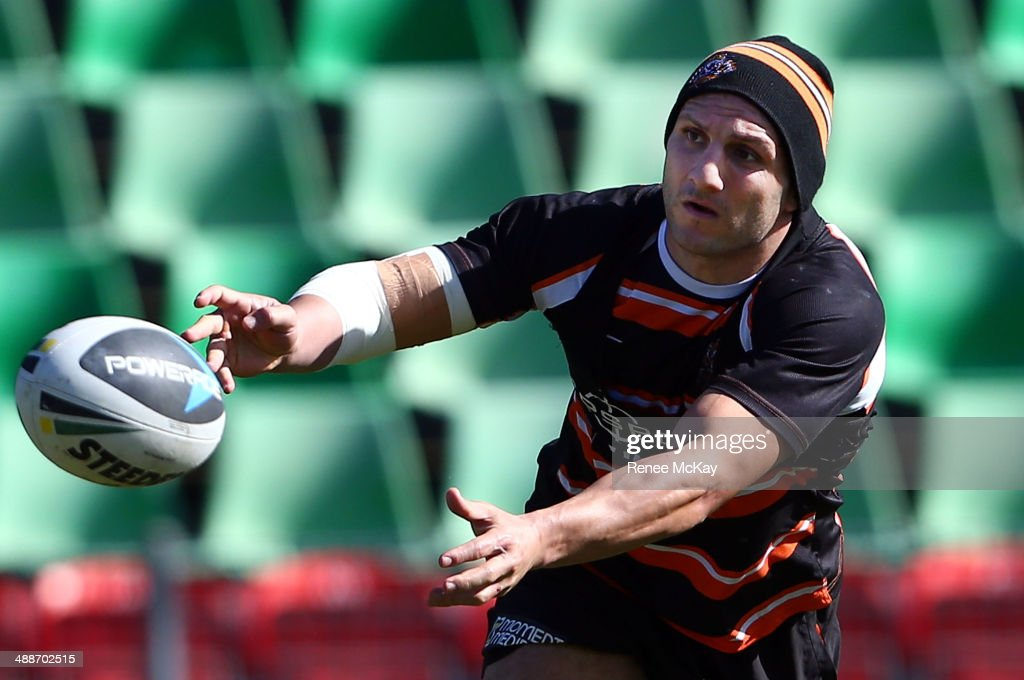 Robbie Farah passes the ball during a Wests Tigers NRL training session at Concord Oval on May 8, 2014 in Sydney, Australia.