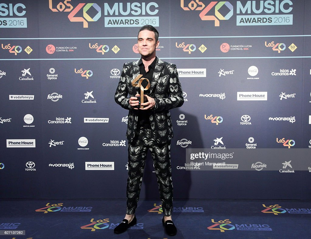 robbie-williams-poses-backstage-after-receiving-an-award-at-the-los-picture-id627137262