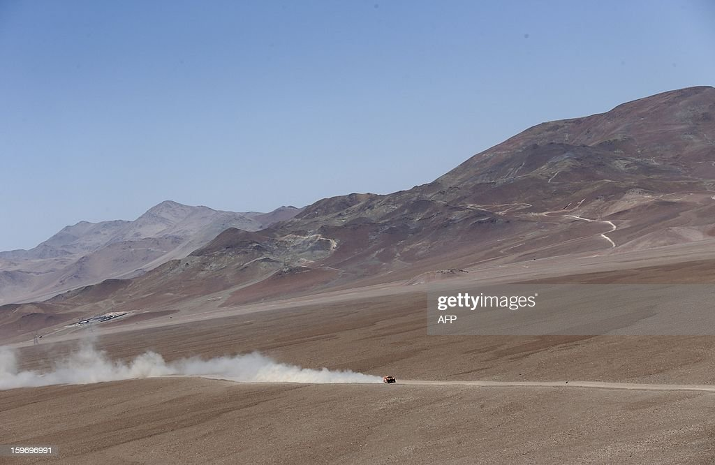 US Robby Gordon and co-driver Kellon Walch on Hummer compete during the Stage 13 of the 2013 Dakar Rally between Copiapo and La Serena, in Chile, on January 18, 2013. The rally is taking place in Peru, Argentina and Chile from January 5 to 20. AFP PHOTO / JACKY NAEGELEN / POOL