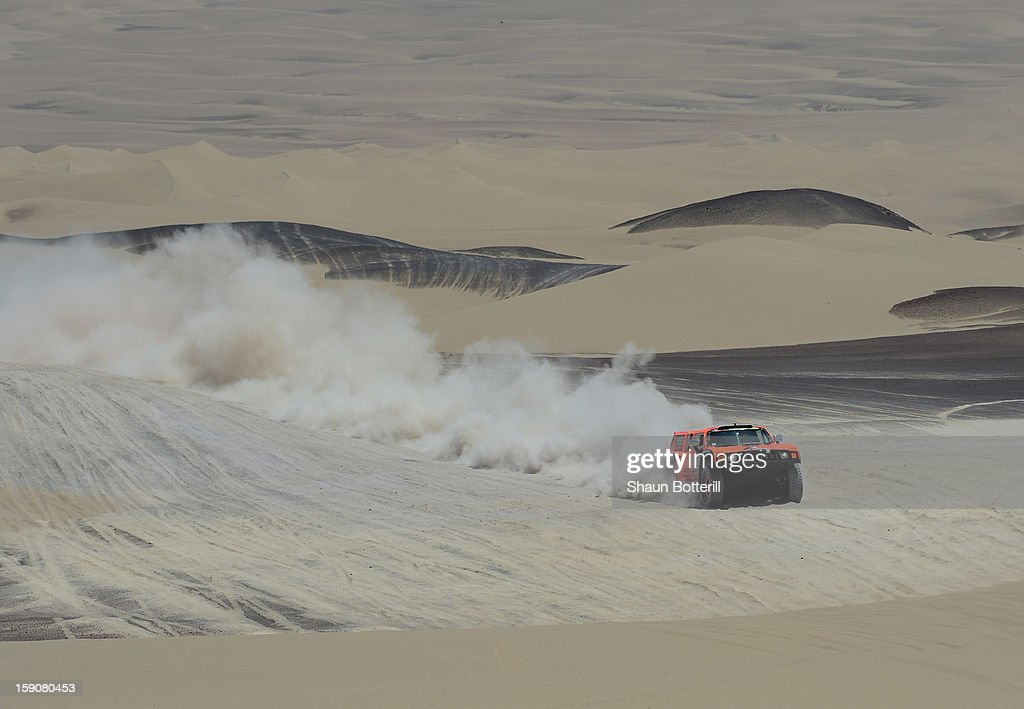 Robby Gordon and co-pilot Kellon Walch of team Hummer competeduring the stage from Pisco to Nazca on day three of the 2013 Dakar Rally on January 7, 2013 in Pisco, Peru.