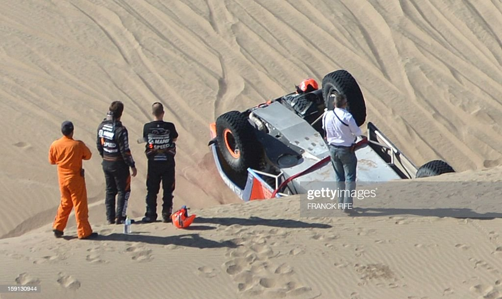 US Robby Gordon (2-L) is pictured next to his Hummer in the sand during Stage 4 of the Dakar 2013 between Nazca and Arequipa, Peru, on January 8, 2013. The rally will take place in Peru, Argentina and Chile from January 5 to 20