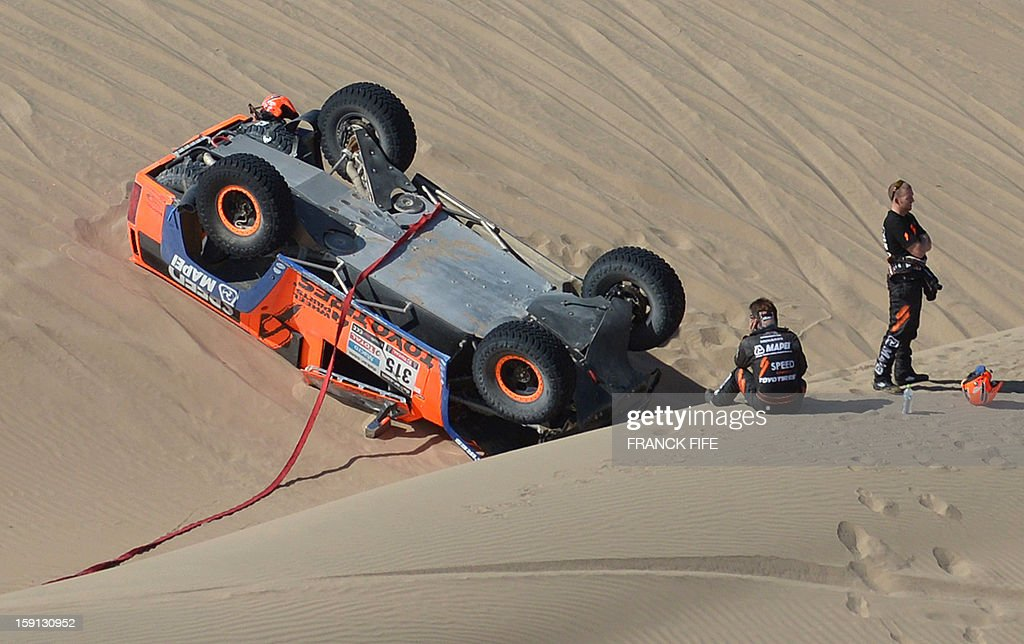US Robby Gordon (2-R) is pictured next to his Hummer in the sand during Stage 4 of the Dakar 2013 between Nazca and Arequipa, Peru, on January 8, 2013. The rally will take place in Peru, Argentina and Chile from January 5 to 20