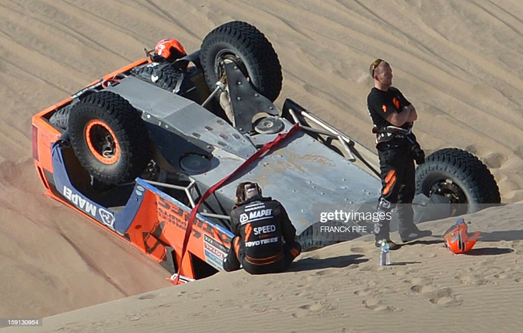 US Robby Gordon (R) is pictured next to his Hummer in the sand during Stage 4 of the Dakar 2013 between Nazca and Arequipa, Peru, on January 8, 2013. The rally will take place in Peru, Argentina and Chile from January 5 to 20