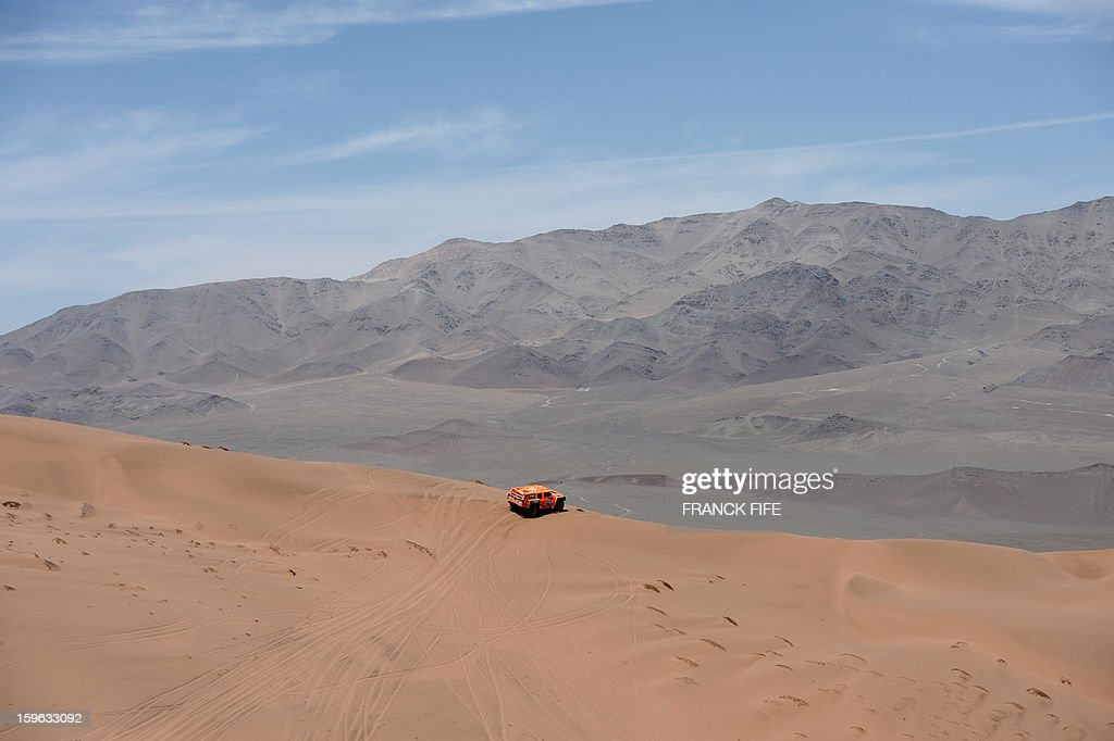 US Robby Gordon steers his Hummer during the Stage 12 of the 2013 Dakar Rally between Fiambala in Argentina and Copiapo in Chile, on January 17, 2013. The rally is taking place in Peru, Argentina and Chile from January 5 to 20. AFP PHOTO / FRANCK FIFE