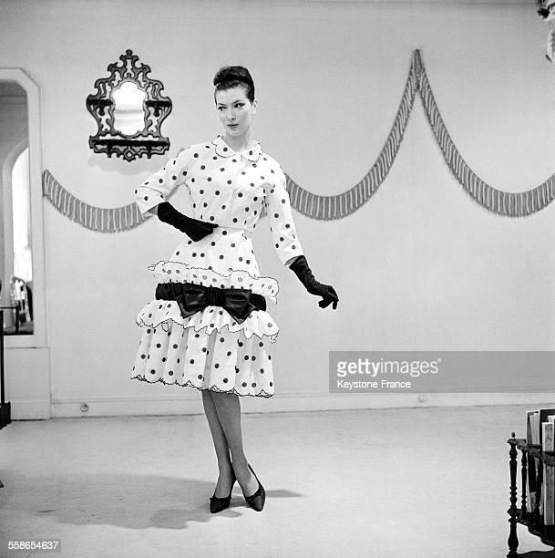 Robe de coton 'FrouFrou pour Petronille' à petits pois noirs sur fond blanc Robe portée avec un boléro Claude Rivière en 1960