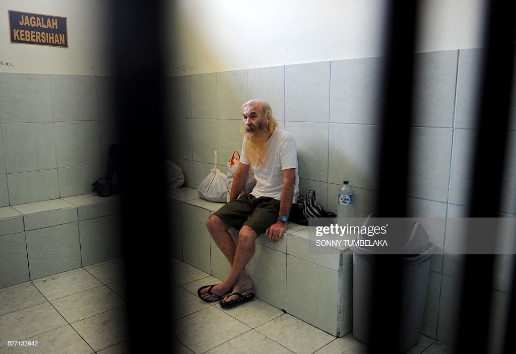 Robert Andrew Fiddel Ellis of Australia sits in a holding cell at the prosecutor's office in Denpasar on Bali island on May 2, 2016. Ellis was arrested on January 11, accused of child sex offences in Bali. / AFP / SONNY