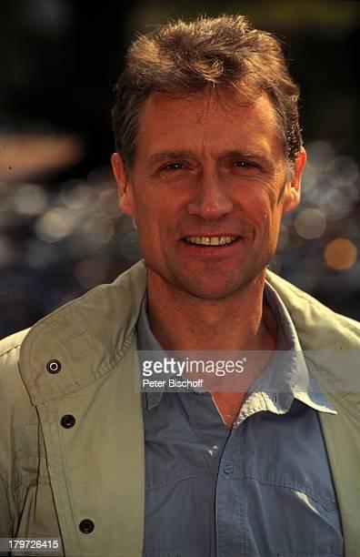 02 Februar 1945 Sternzeichen Wassermann blaues Hemd graue Jacke Schauspieler Promis Prominenter Prominente