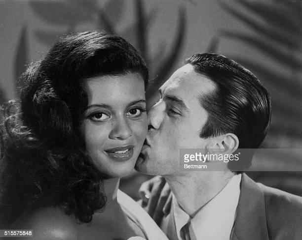 Robert De Niro kisses his wife Diahann Abbott on the set of the film 'New York New York' during location shooting in Los Angeles In the United...