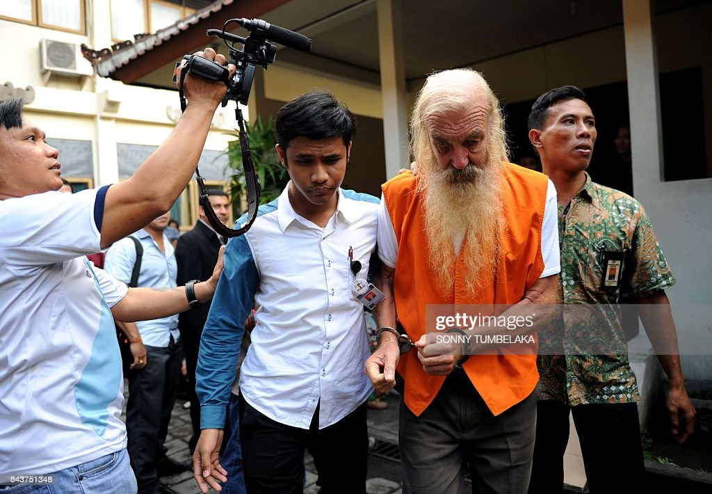 Robert Ellis of Australia (2nd R) is escorted by prosecutors to the court room before his trial in Denpasar on the Indonesian resort island of Bali on June 30, 2016. Ellis was arrested on January 11, accused of child sex offences in Bali. / AFP / SONNY