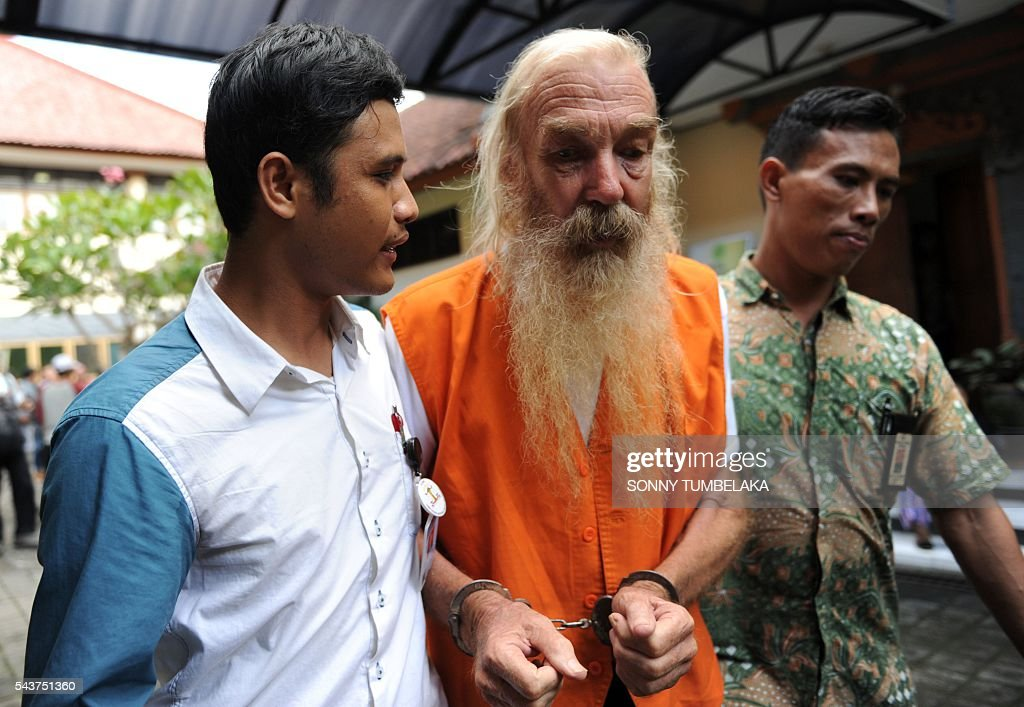 Robert Ellis of Australia (C) is escorted by prosecutors to the court room before his trial in Denpasar on the Indonesian resort island of Bali on June 30, 2016. Ellis was arrested on January 11, accused of child sex offences in Bali. / AFP / SONNY