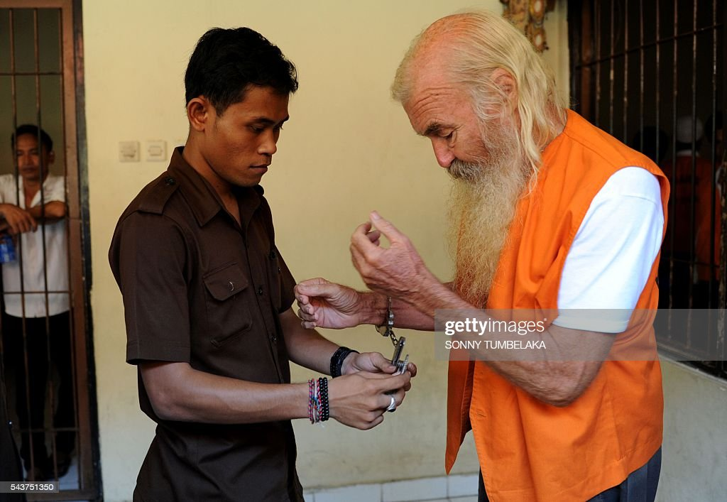 Robert Ellis of Australia (R) prepares to attend his trial in Denpasar on the Indonesian resort island of Bali on June 30, 2016. Ellis was arrested on January 11, accused of child sex offences in Bali. / AFP / SONNY