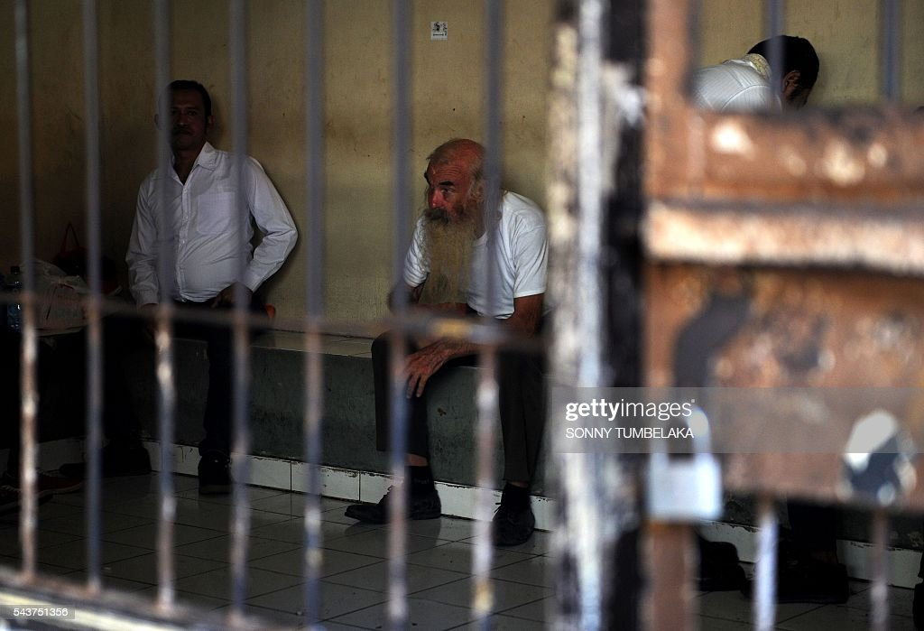Robert Ellis of Australia (C) waits inside a holding cell before his trial in Denpasar on the Indonesian resort island of Bali on June 30, 2016. Ellis was arrested on January 11, accused of child sex offences in Bali. / AFP / SONNY