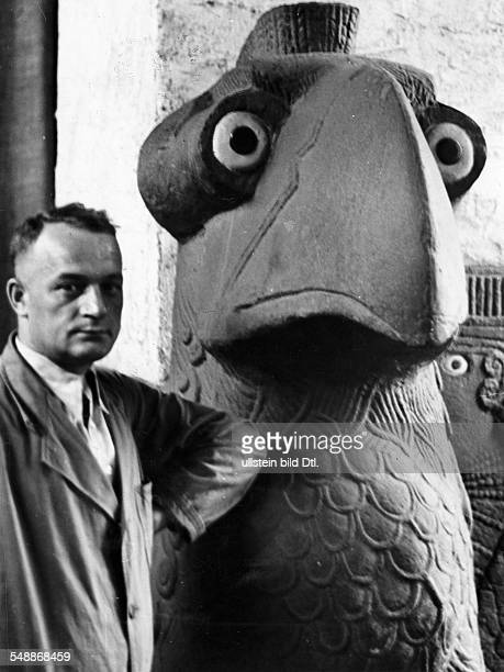 Robert Hermann with a bid statue from TelHalaf in Mesepotamia from a report on the excavations under Freiherr Max von Oppenheim Photographer Heinz...