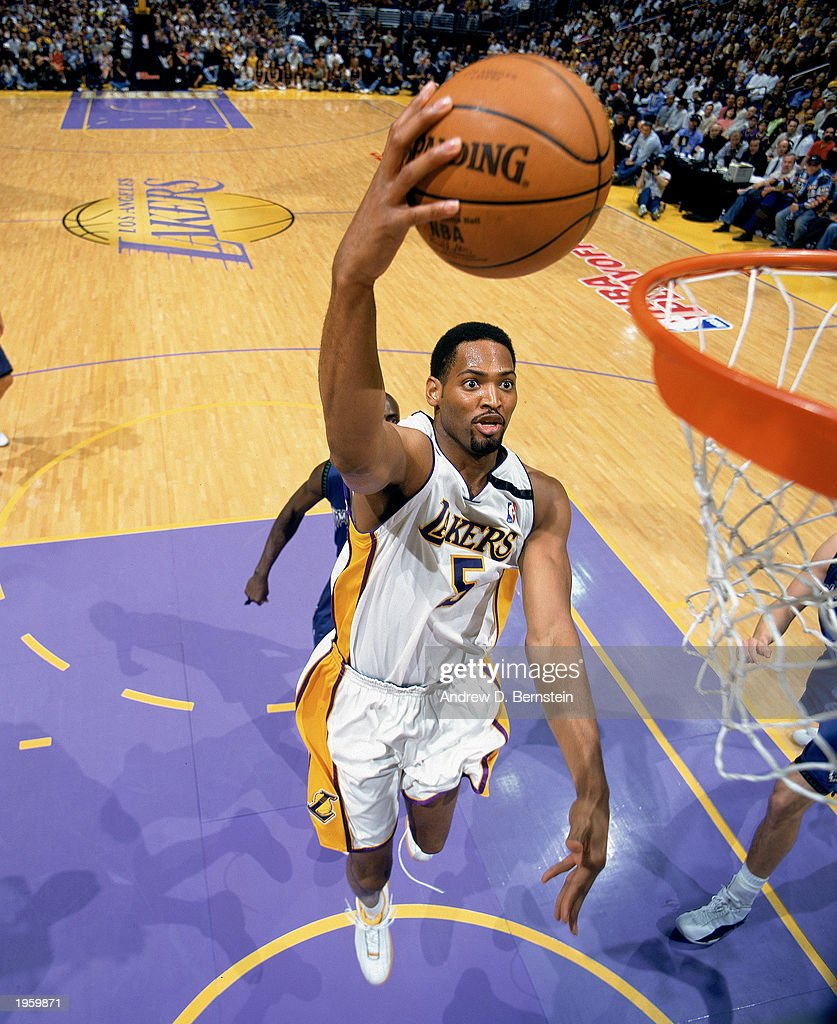 Robert Horry goes to the basket : News Photo