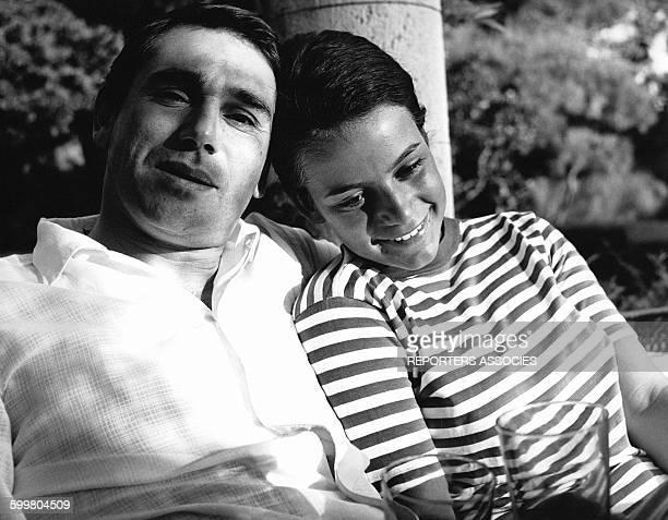 Robert Hossein avec son épouse Caroline Eliacheff circa 1960 en France