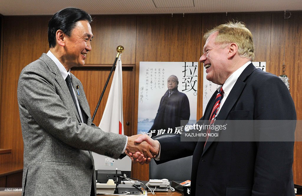 Robert King (R), the US special envoy for North Korean human rights, is greeted by Keiji Furuya (L), Japan's state minister in charge of the issue of North Korea's abduction of Japanese nationals, prior to their talks at the latter's office in Tokyo on November 20, 2013. AFP PHOTO / KAZUHIRO NOGI