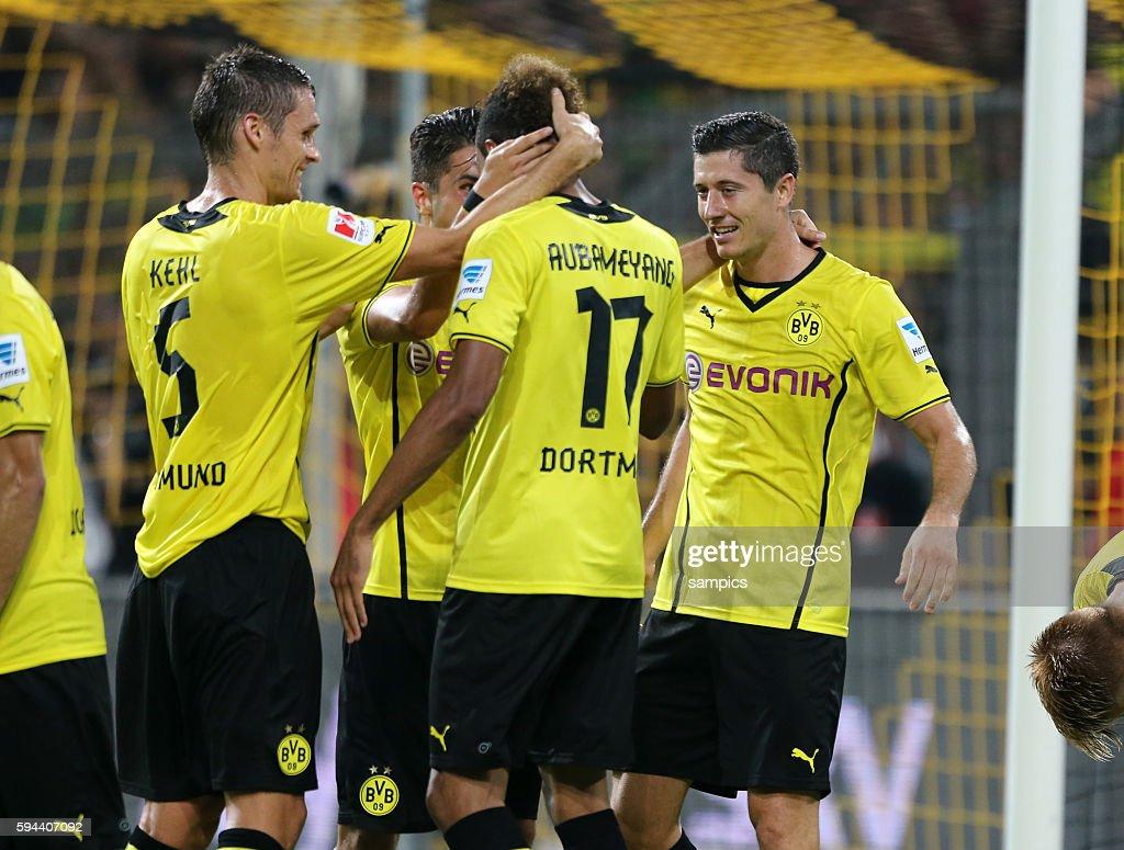 Robert Lewandowski Borussia Dortmund jubelt mit Pierre Emerick Aubameyang Borussia Dortmund und Sebastian Kehl Borussia Dortmund Supercup Fussball...