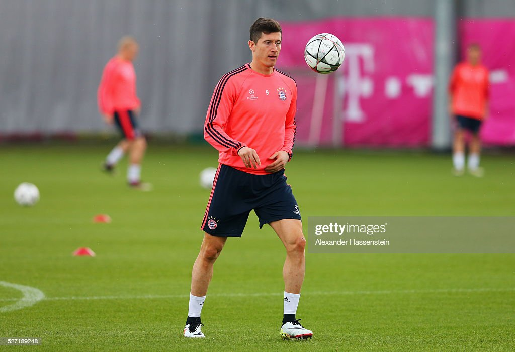 <a gi-track='captionPersonalityLinkClicked' href=/galleries/search?phrase=Robert+Lewandowski&family=editorial&specificpeople=5532633 ng-click='$event.stopPropagation()'>Robert Lewandowski</a> controls the ball during a FC Bayern Muenchen training session ahead of their UEFA Champions League semi final second leg match against Club Atletico de Madrid at the Saebener Strasse training ground on May 2, 2016 in Munich, Germany.