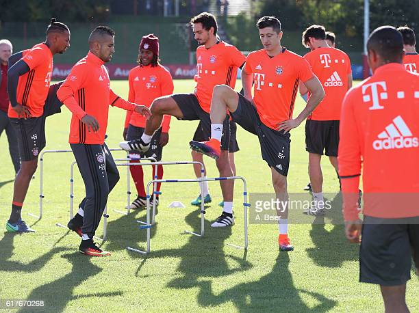 Robert Lewandowski Mats Hummels Renato Sanches Arturo Vidal and Jerome Boateng of FC Bayern Muenchen warm up during a training session at the club's...