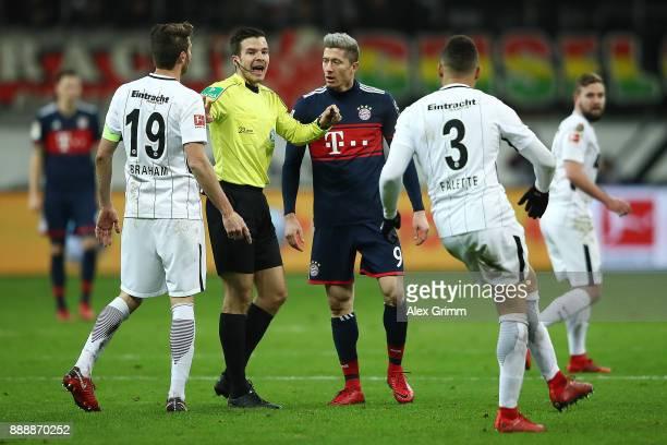 Robert Lewandowski of Bayern Muenchen argues with referee Harm Osmers during the Bundesliga match between Eintracht Frankfurt and FC Bayern Muenchen...