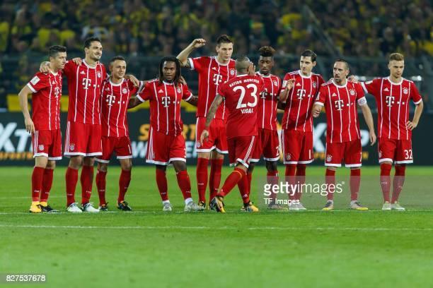 Robert Lewandowski of Bayern Muenchen Mats Hummels of Bayern Muenchen Rafinha of Bayern Muenchen Reanato Sanches of Bayern Muenchen Niklas Suele of...