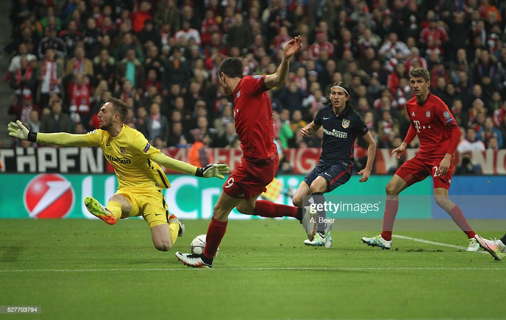 Robert Lewandowski (2ndL) of Bayern Muenchen misses to score against goalkeeper Jan Oblak (L) of Atletico Madrid during the Champions League semi final second leg match between FC Bayern Muenchen and Club Atletico de Madrid at Allianz Arena on May 3, 2016 in Munich, Germany.