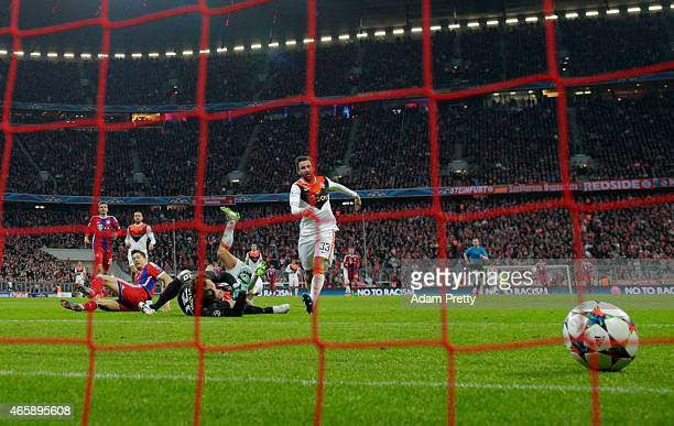 Robert Lewandowski of Bayern Muenchen shoots past goalkeeper Andriy Pyatov of Shakhtar Donetsk as he scores their sixth goal during the UEFA...