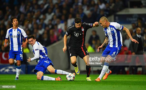 Robert Lewandowski of Bayern Muenchen takes on Oliver Torres Hector Herrera and Maicon of FC Porto during the UEFA Champions League Quarter Final...