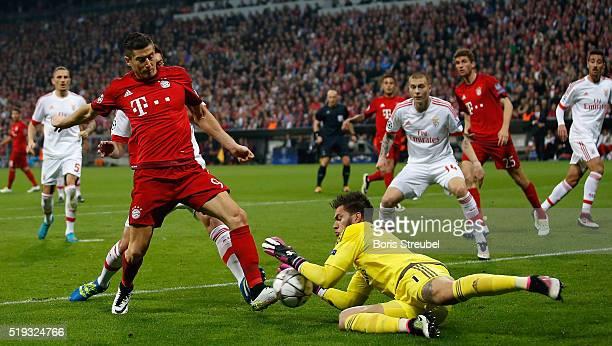 Robert Lewandowski of Bayern Muenchen tries to score against goalkeeper Ederson of Benfica during the UEFA Champions League quarter final first leg...
