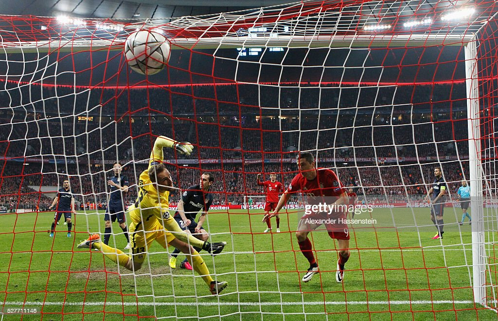 Robert Lewandowski of Bayern Munich (R) scores their second goal with a header past goalkeeper Jan Oblak of Atletico Madrid during UEFA Champions League semi final second leg match between FC Bayern Muenchen and Club Atletico de Madrid at Allianz Arena on May 3, 2016 in Munich, Germany.