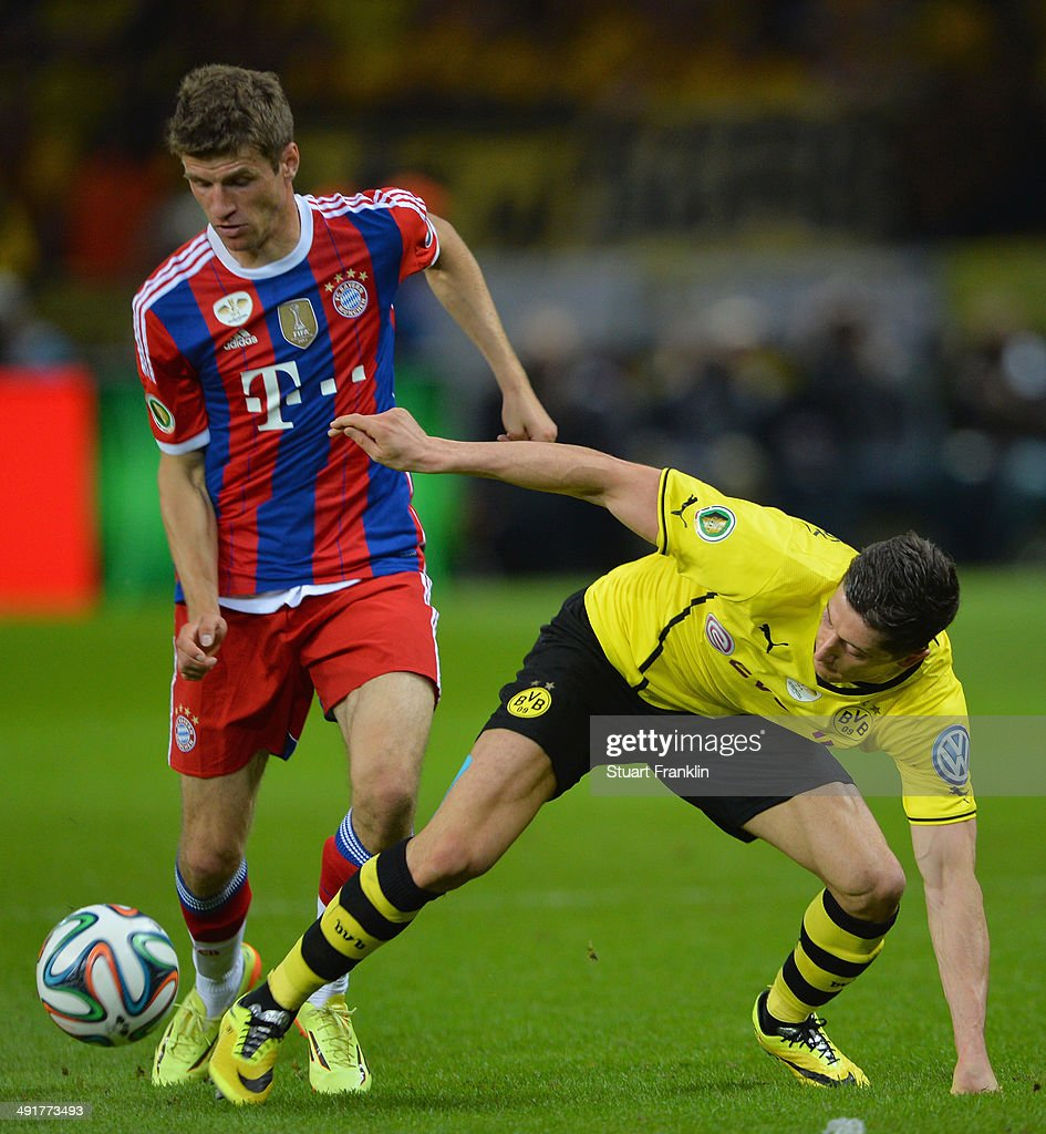 Robert Lewandowski (r) of Borussia Dortmund battles for the ball with Thomas Mueller (l) of Bayern Muenchen during the DFB Cup Final match between Borussia Dortmund and FC Bayern Muenchen at Olympiastadion on May 17, 2014 in Berlin, Germany.