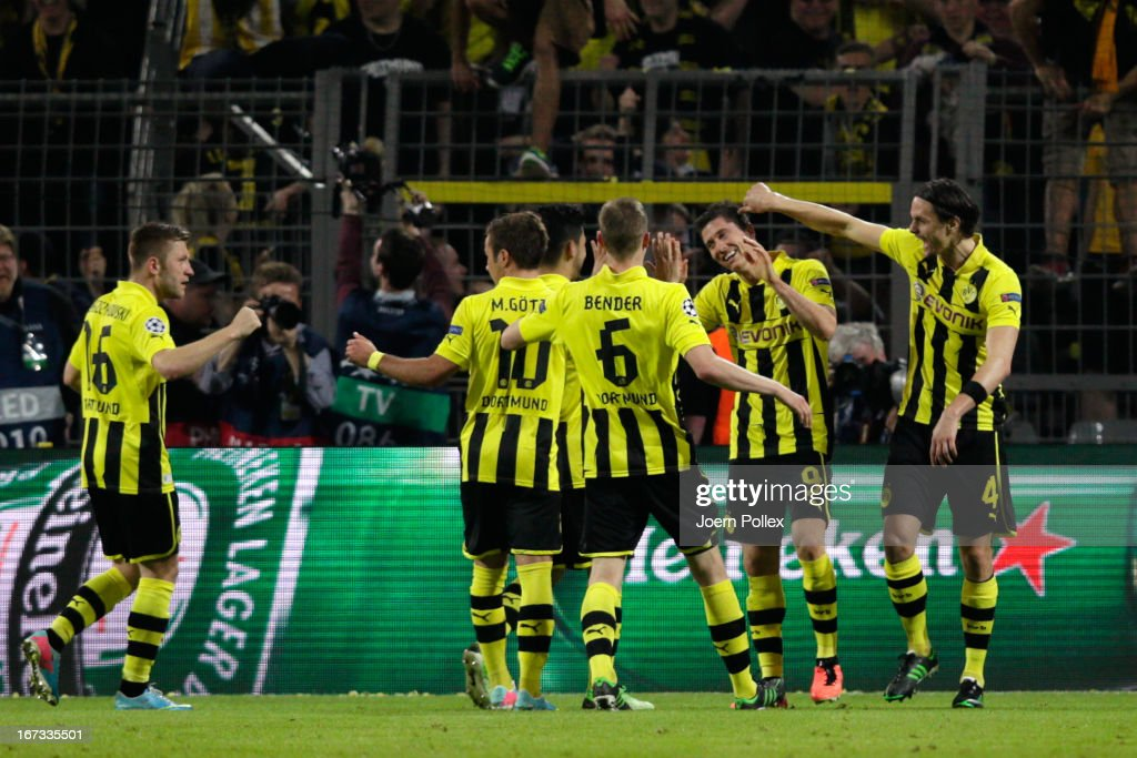 <a gi-track='captionPersonalityLinkClicked' href=/galleries/search?phrase=Robert+Lewandowski&family=editorial&specificpeople=5532633 ng-click='$event.stopPropagation()'>Robert Lewandowski</a> of Borussia Dortmund celebrates scoring their fourth goal from the penalty spot with his team mates during the UEFA Champions League semi final first leg match between Borussia Dortmund and Real Madrid at Signal Iduna Park on April 24, 2013 in Dortmund, Germany.