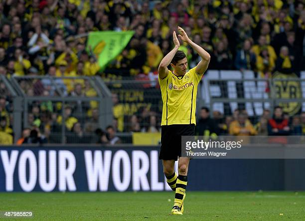 Robert Lewandowski of Dortmund leaves the pitch after substitution during the Bundesliga match between Borussia Dortmund and TSG 1899 Hoffenheim at...