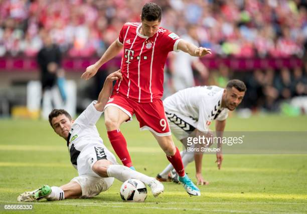 Robert Lewandowski of FC Bayern Muenchen is challenged by MarcOliver Kempf and Manuel Gulde of SC Freiburg during the Bundesliga match between Bayern...