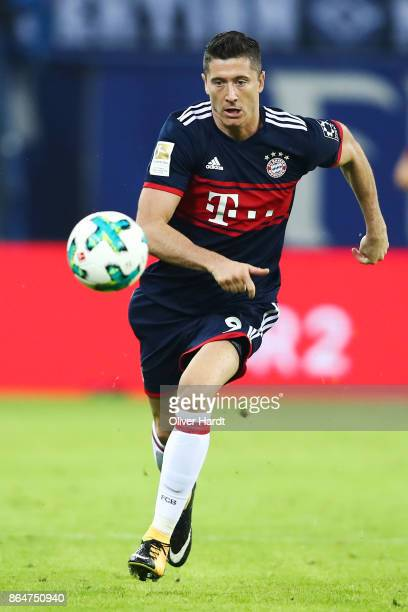 Robert Lewandowski of Muenchen in action during the Bundesliga match between Hamburger SV and FC Bayern Muenchen at Volksparkstadion on October 21...