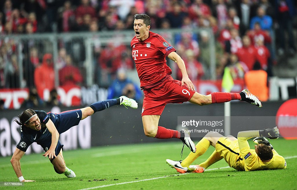 Robert Lewandowski of Muenchen is challenged by Jan Oblak of Athletico during the UEFA Champions League Semi Final second leg match between FC Bayern Muenchen and Club Atletico de Madrid at the Allianz Arena on May 03, 2016 in Munich, Bavaria.