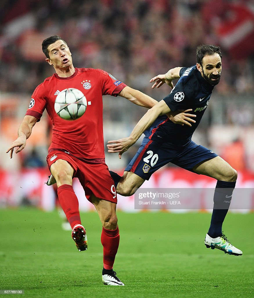 <a gi-track='captionPersonalityLinkClicked' href=/galleries/search?phrase=Robert+Lewandowski&family=editorial&specificpeople=5532633 ng-click='$event.stopPropagation()'>Robert Lewandowski</a> of Muenchen is challenged by Juanfran of Athletico during the UEFA Champions League Semi Final second leg match between FC Bayern Muenchen and Club Atletico de Madrid at the Allianz Arena on May 03, 2016 in Munich, Bavaria.