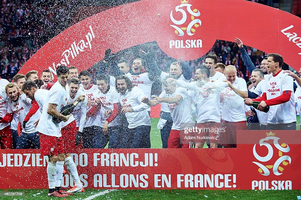Robert Lewandowski of Poland celebrates with team mates after the UEFA EURO 2016 qualifying match between Poland and Republic of Ireland at National...