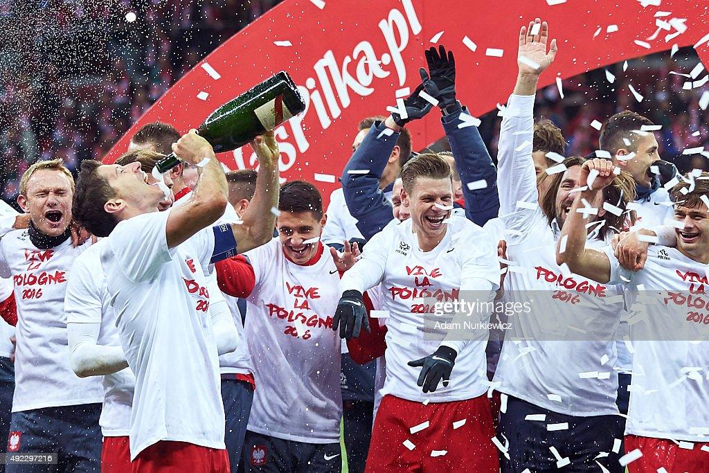 Robert Lewandowski of Poland celebrates with team mates after the UEFA EURO 2016 qualifying match between Poland and Republic of Ireland at National Stadium on October 11, 2015 in Warsaw, Poland.
