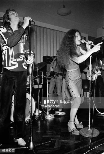 Robert Palmer and Elkie Brooks of Vinegar Joe perform on stage in 1973 in London