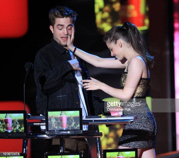 Robert Pattinson and Kristen Stewart accept the Best Kiss Award onstage at the 2010 MTV Movie Awards held at the Gibson Amphitheatre at Universal...