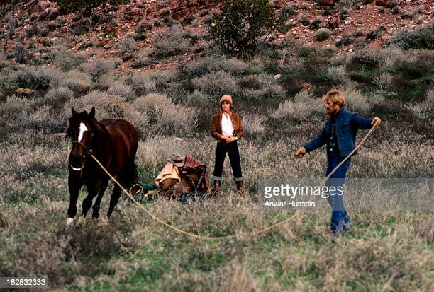 Robert Redford and Jane Fonda train a horse on the set of the film 'The Electric Horseman' directed by Sydney Pollack on March 1 1979 in Utah United...