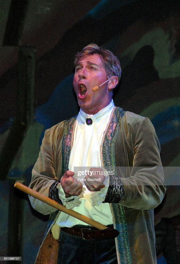 Robert Schwarts OpernAufführung 'Die Zauberflöte' FreiluftAufführung Schlossplatz Rastede Niedersachsen Deutschland Europa Auftritt Bühne singen...