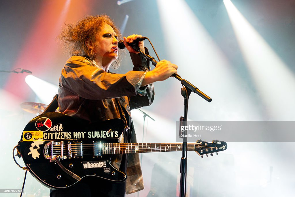<a gi-track='captionPersonalityLinkClicked' href=/galleries/search?phrase=Robert+Smith&family=editorial&specificpeople=198989 ng-click='$event.stopPropagation()'>Robert Smith</a> of The Cure performs on stage at Eventim Apollo, Hammersmith on December 21, 2014 in London, United Kingdom