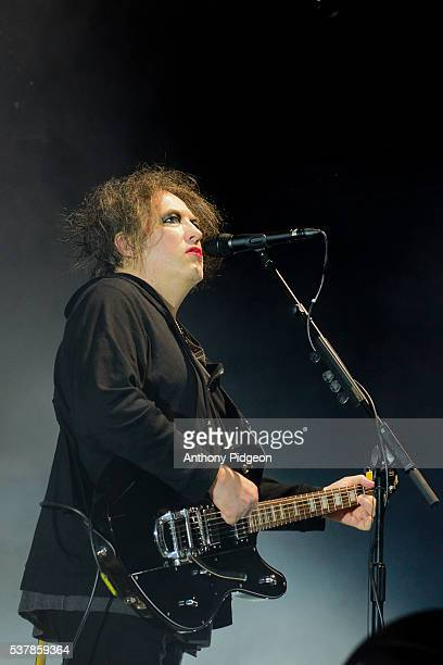 Robert Smith of The Cure performs onstage at Sunlight Supply Amphitheater on May 28 2016 in Ridgefield Washington