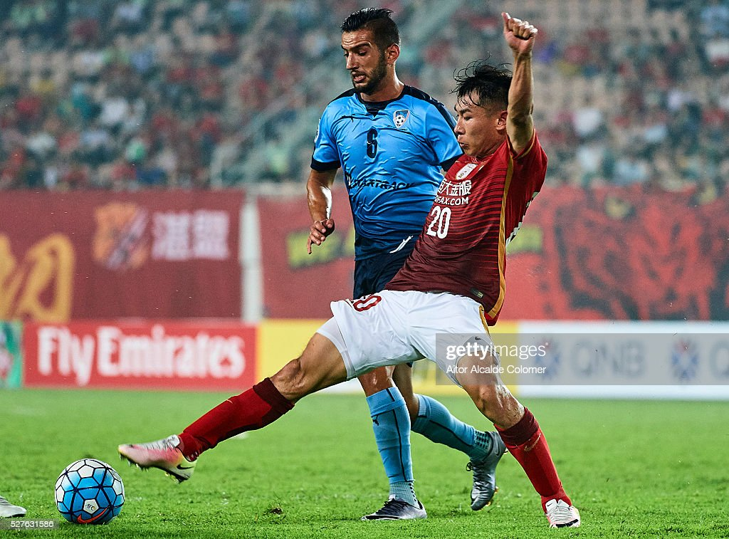 Robert Stambolziev of Sydney FC (L) competes for the ball with Yu Hancaho of Guangzhou Evergrande (R) during the AFC Asian Champions League match between Guangzhou Evergrande FC and Sydney FC at Tianhe Stadium on May 3, 2016 in Guangzhou, China.